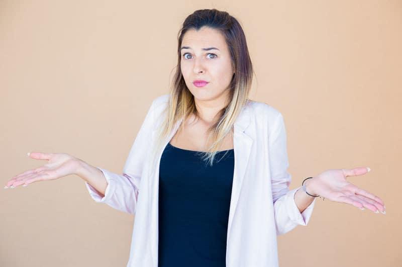 mujer-decidir-cirujano-especialista-abdominoplastia