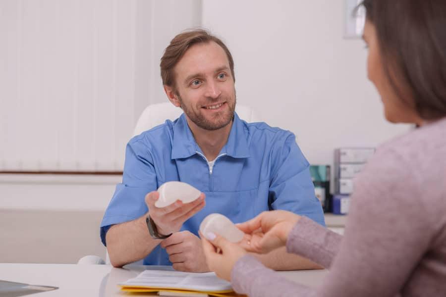 Cómo-elegir-el-tamaño-de-prótesis-para-mi-cirugía-de-mastopexia-con-implantes